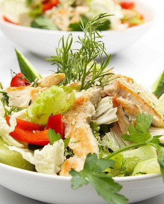 Салат из курицы с цикорием, помидорами-черри, сыром и грецкими орехами