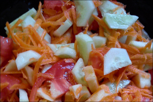 Салат овощной с яблоком