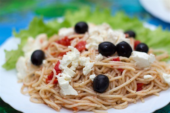 Спагетти с фетой и оливками