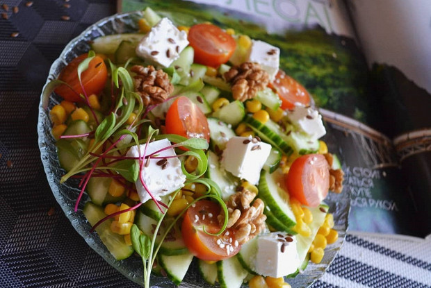 Салат с сыром фета  и помидорами черри