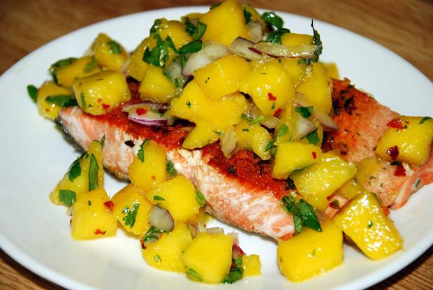 Красная рыба с сальсой из манго