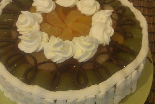 Торт с банановым кремом и фруктами в желе