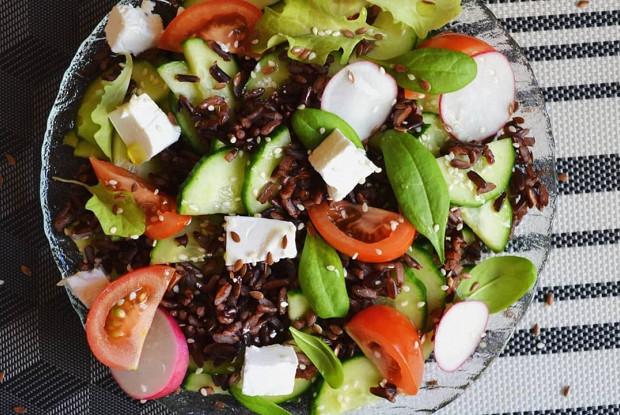 Салат с сыром фета и черным рисом