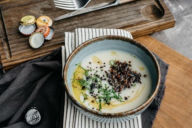 Суп из сельдерея с жареными шампиньонами и трюфельным маслом
