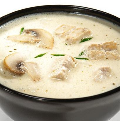 Острый суп с курицей, кокосовым молоком и корнем галангала