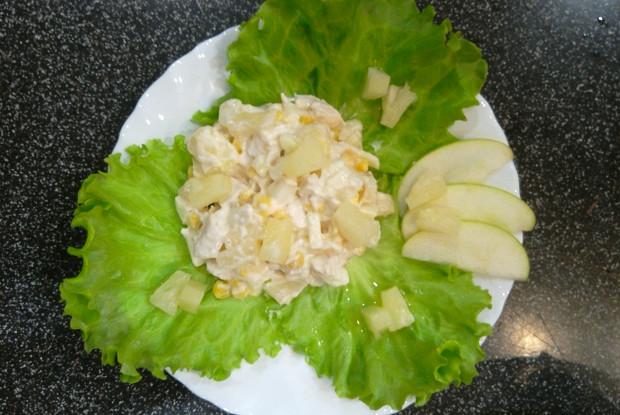 Куриный салат с ананасом, яблоками и кукурузой