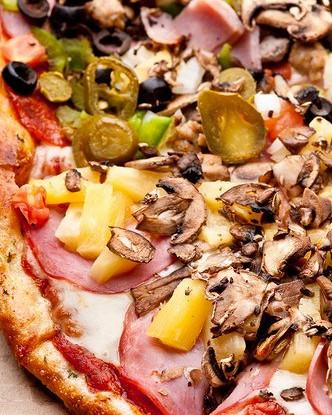 Пицца с грибами и зеленью