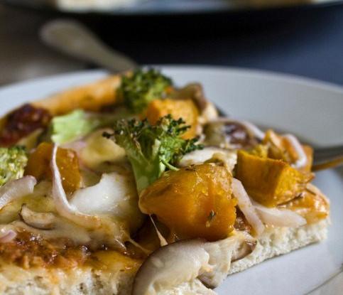 Пицца с тыквой, карамелизованным луком, горгонзолой и хрустящими жареными листьями шалфея