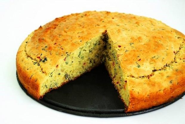 Кукурузный хлеб с чили, зеленым луком и укропом