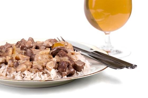 Жареная говядина с красным перцем, грибами, устричным соусом и рисом