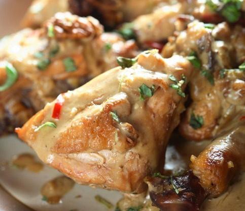 Курица в лимонно-медовом соусе с кедровыми орешками