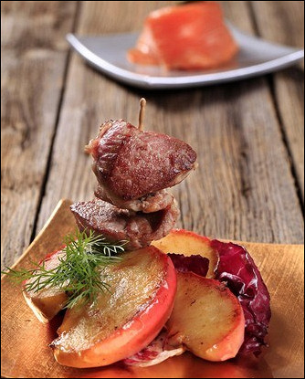 Свиной шашлык с яблоками и красным луком