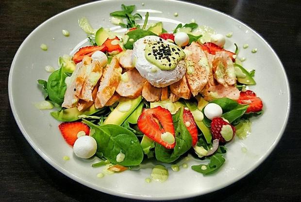 Салат с яйцом пашот, клубникой, авокадо и молодым шпинатом