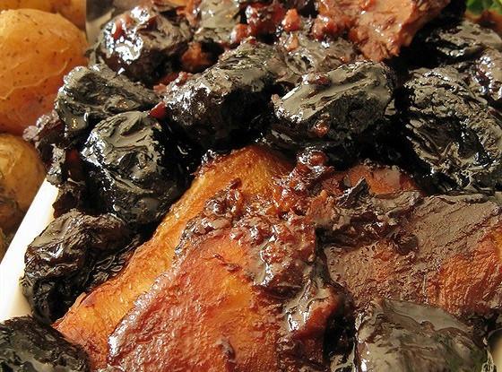 Свиная корейка с черносливом, яблоками и сливками