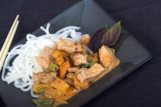Рисовая лапша со свининой и карри