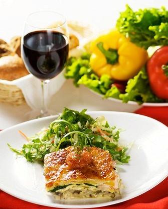 Свежая овощная лазанья с рукколой и бальзамическим сиропом