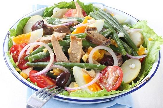 Салат нисуаз со свежим тунцом, каперсами и анчоусами