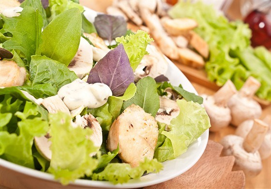 Салат куриный  с грибами под сыром