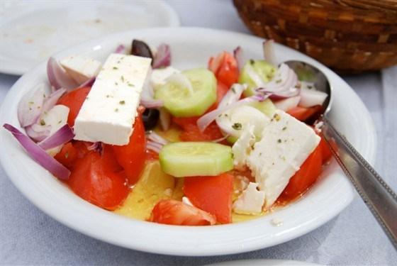 Салат с огурцами, томатами на гриле и фетой