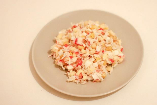 Крабовый салат с яблоками и рисом
