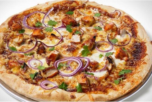 Пицца с соусом барбекю, копченым сыром гауда, куриным филе и красным луком