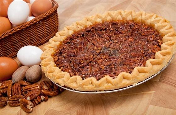 Коричневый пирог с орехами пекан