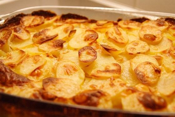 Золотистый запеченый картофель с чесноком и розмарином
