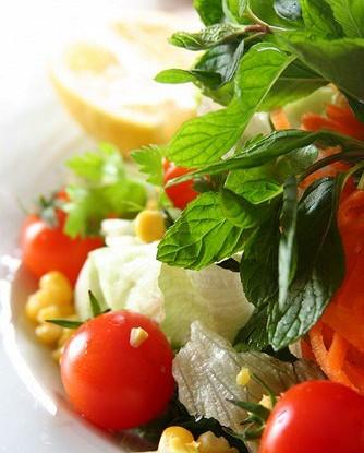 Салат из разноцветных черри с кукурузой и базиликом