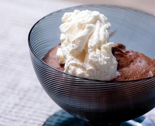 Теплые шоколадные пудинги со взбитыми сливками