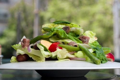 Салат из стручковой фасоли с сыром конте, шампиньонами и зеленью