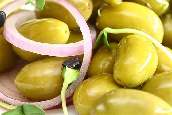 Салат с луком и оливками