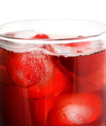 Ледяные кубики из клубники и лимонного сока для шампанского