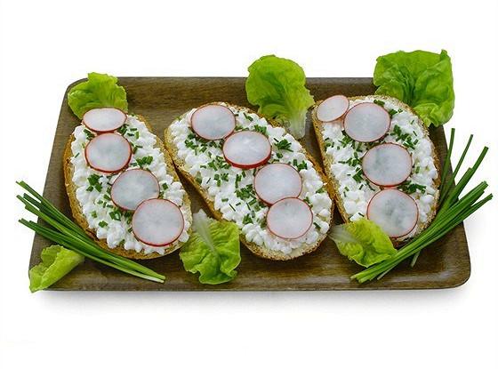 Сэндвичи с редиской, зеленым луком, кунжутом и имбирем