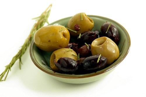 Теплая закуска из маслин и оливок с фенхелем, чесноком и цедрой апельсина