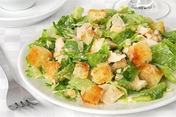 Салат «Цезарь» с готовым соусом