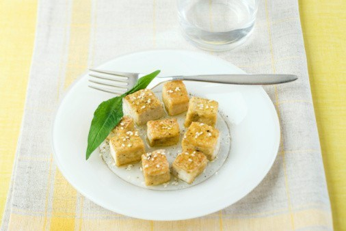 Теплый тофу под острым чесночным соусом