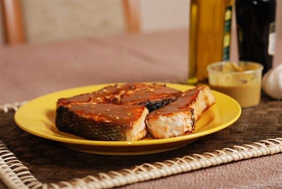 Запеченые в черном перце кусочки лосося, маринованные в кленовом сиропе