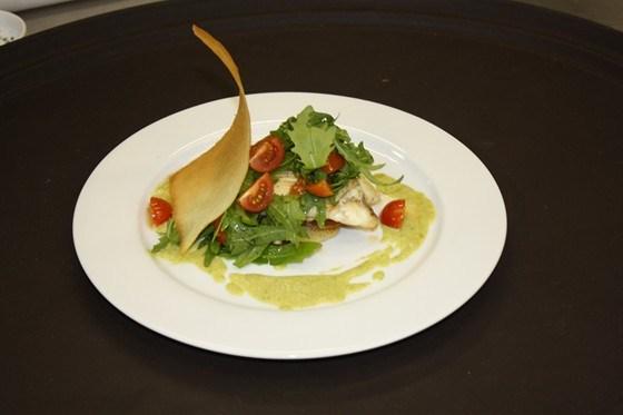 Камбала с картофелем, рукколой, помидорами черри и кремом из спаржи и пастернака