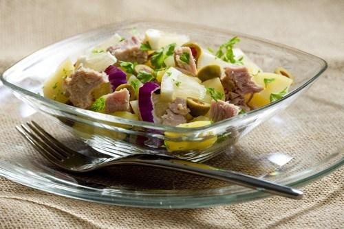 Картофельный салат с травами и анчоусами