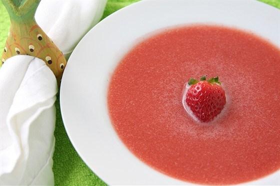 Клубничный суп со свежей мятой