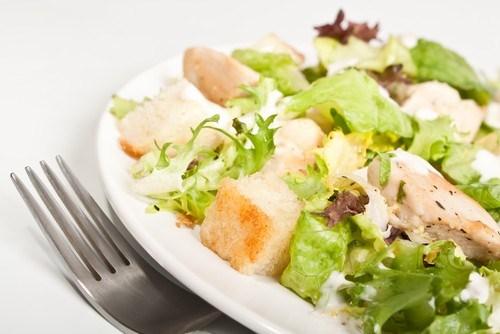 Салат из куриной печени с чесночными сухариками