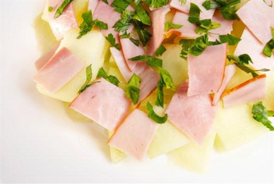 Салат из ветчины с дыней