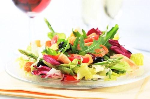 Салат из запеченых помидоров с орехами и беконом