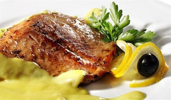 Стейки из лосося на гриле с травяным соусом из мяты и базилика
