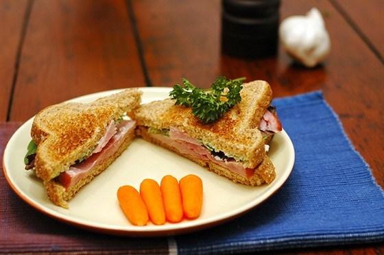 Бутерброды с морковью и чесноком
