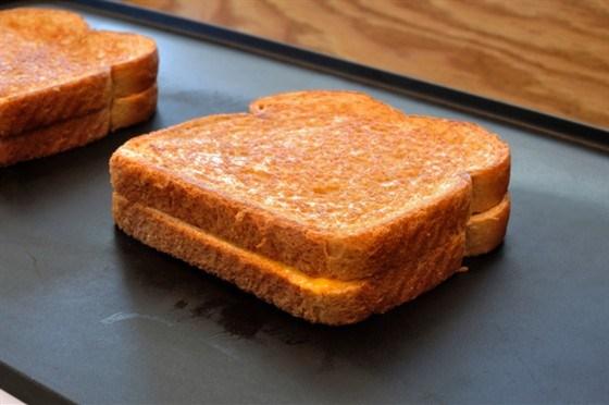 Бутерброды жареные с камамбером