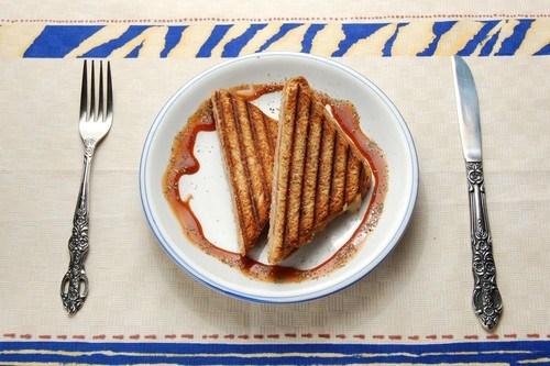 Сырные сэндвичи с карамелизованными яблоками на гриле