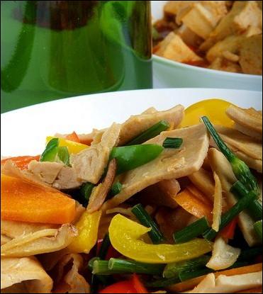 Салат из баклажанов и тофу с имбирно-соевым соусом