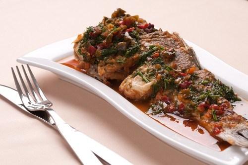 Рыбное жаркое с овощами, анчоусами и томатным соусом