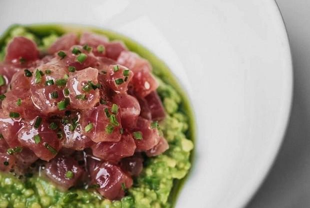 Тартар из тунца с гуакамоле и соусом понзу